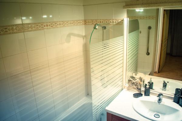 salle de bain - residence 208 pics d'aran -location gîte luchon -pyrénées - T3 4 personnes